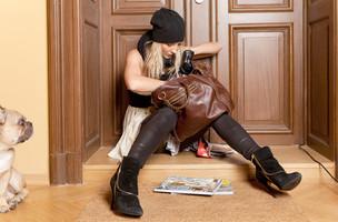 Frau vor verschlossener Türe in Calw